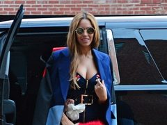 Beyonce, intre sexy si lady like, intro rochie incrustata cu pietre. Hot or Not?